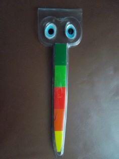 Ciao bimbo! Ciao bimba! Nel baule magico ho trovato... questa sagoma di plastica (era la confezione di un paio di forbici!). Cosa può diventare? Mi aiuti a ritagliare un pò di cartoncini colorati?...