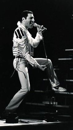 Freddie Mercury on stage - 1982 'Hot Space (Europe) Tour' Photo: Neal Preston Brian May, John Deacon, Queen Aesthetic, Roger Taylor, Queen Pictures, We Will Rock You, Queen Freddie Mercury, Star Wars, Queen Band