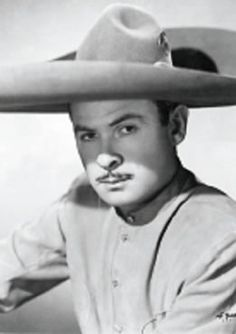"""Aquí está Antonio Aguilar, una persona activa en la industria de entretenimiento. Fue un cantante, actor, y productor de películas. Tiene una estrella en Hollywood Walk of Fame. Tiene el apodo """"El Charro de México."""""""