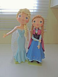 Elsa e Anna Customizada feita em biscuit    *princesas Elsa e Anna 25 e 30cm de altura    as peças podem ter alteração no tamanho, por ser artesanal, mas caso haja será para uma altura maior do que a indicada    fazemos outros personagens nesse mesmo modelo.