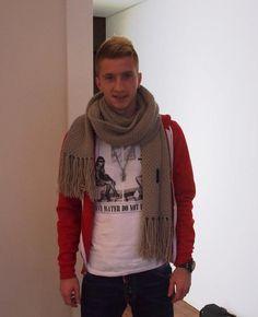 マルコ・ロイスのコーディネート 赤のフルジップパーカーにTシャツ、マフラー #サッカー