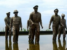 http://images.travelpod.com/users/arnobs66/4.1249226400.larger-than-life-statues-at-macarthur-s-shrine.jpg