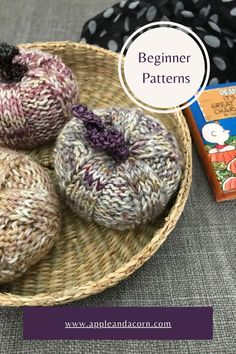 Get the pattern for these super simple knit pumpkins. For fall decor these little pumpkins can be placed around your home. Knit with dk yarn or fingering weight held double! I knit these pumpkins with leftover sock yarn. Easy Knitting Patterns, Simple Knitting, Make Bunting, Christmas Pudding, Little Pumpkin, Sock Yarn, Fall Pumpkins, Beautiful Patterns, Acorn