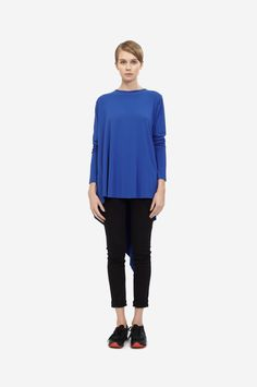 WRAP BLOUSE WITH LONG SLEEVES Shorthaired model wearing a blue variable top with black sneakers. Design: Lucie Kutálková / LEEDA
