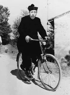 """""""Don Camillo""""-Darsteller Fernandel (†67) zählt bis heute zu den bekanntesten französischen Schauspielern des 20. Jahrhunderts. Bereits Mitte der zwanziger Jahre begann der Franzose seine Karriere. Allerdings war er zunächst kein Schauspieler, sondern Sänger. Philippe Halsman, Cinema Movies, Cyclists, Zoro, Caricatures, Old Pictures, Saga, Theatre, 1960s"""