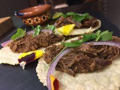 Tacos Cochinita Pibil: Capocollo marinato in achiote, agrumi e spezie messicane. Servito con cipolla rossa marinata con lime e origano.