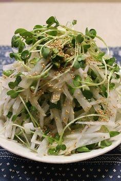 たくさん盛り付けても、もりもり食べられちゃうサラダ。サッパリ&ヘルシーで病みつきになります。男子にも好評なサラダです♪ Raw Food Recipes, Vegetable Recipes, Asian Recipes, Cooking Recipes, Healthy Recipes, Japanese Dishes, Japanese Food, Cafe Food, Healthy Side Dishes