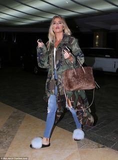 Fur slides Khloe Kardashian wearing Balenciaga Papier AJ Zip-Around Shearling Fur Tote Bag, Confetti Fox Slides in Blue and Camouflage Pablo Jacket Khloe Kardashian Style, Koko Kardashian, Estilo Kardashian, Kardashian Jenner, Kardashian Fashion, Summer Outfits, Casual Outfits, Cute Outfits, Fashion Outfits