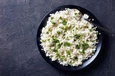 Probeer je even wat minder koolhydraten te eten, of heb je gewoon zin om te experimenteren in de keuken? Dan is het maken van gezonde bloemkoolrijst een goed idee. Het klinkt wellicht ingewikkeld, maar geloof ons: je zet het in een handomdraai op tafel. Het is namelijk een stuk goedkoper om het zelf te maken…
