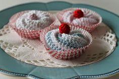 Jeg fandt en opskrift på de sødeste små kager i aftes.   Selvfølgelig skulle de afprøves :-)   Og her ser i hvordan mine kager endte.    ...
