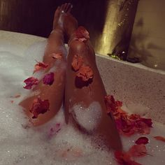bath, flowers, and relax image Little Things, Girly Things, Love Is In The Air, Relaxing Bath, Just Relax, Spa Day, Me Time, Bath Time, Luxury Lifestyle