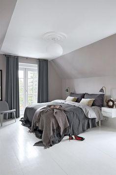 En hyggelig julevilla med mere end ét juletræ Dream Bedroom, Bedroom Wall, Master Bedroom, Bedroom Decor, Calm Bedroom, Interior Modern, Home Interior, Interior Design, Slanted Ceiling Bedroom