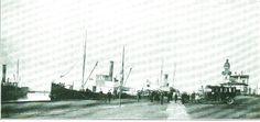 Havneliv i Stege omkring 1913 - Ved kajen foran Havneslottet ligger de lokale dampere til bl. a. Kalvehave, Vordingborg og Stubbekøbing.  På den anden side af kanalen ligger DFDS-damperen som trafikerede ruten Stege - København.  Billedet er hentet fra en turistbrochure udgivet af Møns Turistforening i 1913.