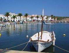 pueblo de pescadores llamado fornells en menorca