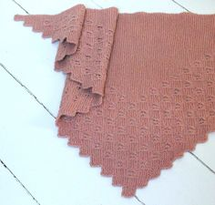 Strikkefasthed: 24 m & 34 p = 10 cm. Knitted Shawls, Knitted Bags, Shawl Patterns, Knitting Patterns, Free Knitting, Baby Knitting, Merino Wool Sweater, Drops Design, Knitting For Beginners