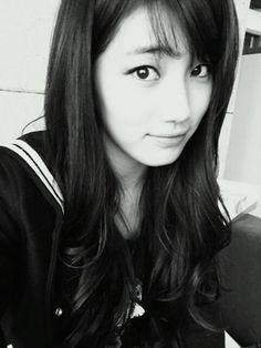 Suzy black & white selca