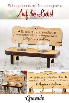 Ein Prost auf die Liebe! Unsere Schnapsbank ist eine tolles Geschenk zu Weihnachten. Der Spruch zaubert ein Lächeln auf jedes Gesicht! So können verliebte Paare direkt am Weihnachtsfest auf die Liebe anstoßen! Eine Geschenkidee für den Mann und die Frau! Ein edles Geschenk für die Freundin oder den Freund! Mit dieser Idee schmeckt der Schnaps besonders gut! Die Schnapsbank erinnert an ein Trinkspiel, eignet sich aber auch super als Deko! Eines der ganz besonderen Weihnachtsgeschenke!