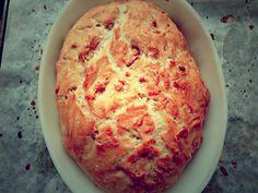Brødet her er super nemt og super lækkert. Det får en helt anden konsistens end brød bagt i en almindelig bageform eller som boller. Brødet holder sig friskt og saftigt rigtig længe og man kan lave mange forskellige varianter af brødet. Man kan både bruge ildfaste fade med låg, stegeso i glas eller en Römertopf … Bread Bun, Dough Recipe, Bread Recipes, Tapas, Deserts, Brunch, Food And Drink, Snacks, Baking