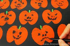 Half an apple, some orange paint, and you got some cool pumpkin prints for Halloween!