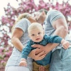 I love this unique composition! It draws you in. Mommy and daddy kiss
