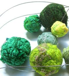 Silvina Romero - someone who uses everyday materials in such a beautiful way. Plastic Jewelry, Paper Jewelry, Textile Jewelry, Fabric Jewelry, Diy Jewelry, Jewellery, Fabric Beads, Fabric Art, Fabric Scraps