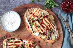 Heerlijk belegde naanbroden met gegrilde aubergine en halloumi met een dressing van Griekse yoghurt, munt en knoflook. Super easy om te maken en ook nog eens snel klaar!