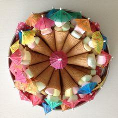 Ijshoorntjes met marshmallows en parasolletje. In hoorntje kan je nog wat kleine snoepjes stoppen.