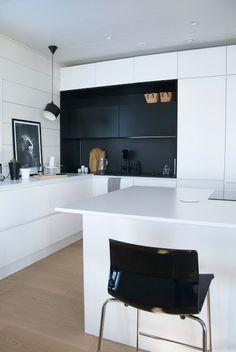 talo markki -modern black and white kitchen New Kitchen, Kitchen Decor, Island Kitchen, Country Kitchen, Kitchen Cabinets, Kitchen Models, Modern Kitchen Design, Minimalist Home, Interior Design Living Room