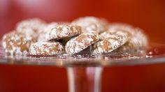 Pernille Aga baker peppernøtter. Oppskrift med video. Krispie Treats, Rice Krispies, Cereal, Cookies, Breakfast, Desserts, Food, Breakfast Cafe, Tailgate Desserts