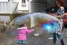 Giant bubbles to make from Frozen Activities, Infant Activities, Activities For Kids, Bubble Fun, Bubble Party, Diy For Kids, Crafts For Kids, Giant Bubbles, Cat Birthday