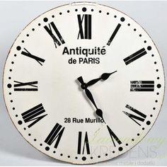 Piękny, duży zegar Belldeco o jasnej, prostej tarczy z czarnymi cyframi i literami.