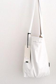 feel good bag by Tinne + Mia, strap looks like the monk bags, but is lined with same fabric as body and rubs you sides. My Bags, Purses And Bags, Sacs Design, Latest Bags, Fabric Bags, Cotton Bag, Cloth Bags, Handmade Bags, Bag Making