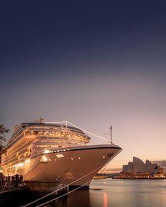 Bienvenue à Sydney en Australie. Cette ville est lemblème du pays avec son opéra célébrissime. Une ville entre terre et mer où les plaisirs balnéaires côtoient l'activité urbaine où la créativité s'exprime avec décontraction où chaque quartier résonne de sa propre identité. Une ville cosmopolite aussi qui fait rêver à juste titre. À découvrir en croisière avec par exemple comme sur cette photo la compagnie Oceania Cruises. seagnature.com #croisière #vacances #voyage #seagnature #bateau
