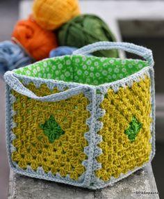 Strikkepause: Liten kurv i bestemorruter Crochet Square Patterns, Crochet Basket Pattern, Bag Patterns To Sew, Crochet Stitches Patterns, Crochet Squares, Wire Crochet, Crochet Tote, Crochet Handbags, Crochet Gifts