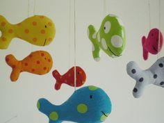 Mit diesem Mobile bringen sie Farbe in Ihr Baby-Zimmer. 7 wunderschöne bunte Fische tanzen beim leisesten Luftzug . Mund und Augen sind aufge...