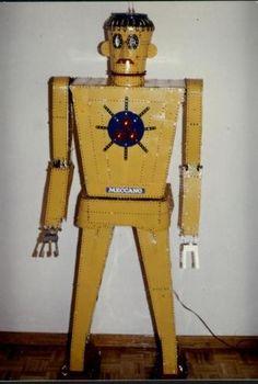 Robot radiodirigido. Andaba, giraba el torso y la cabeza. Movia el brazo derecho y podia coger cosas con la pinza a manera de mano.