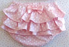 Resultado de imagem para molde de calcinha sem costura Baby Girl Dungarees, Baby Pants, Baby Girl Romper, Cute Baby Girl, Baby Outfits, Kids Outfits, Little Kid Fashion, Kids Fashion, Frocks For Girls