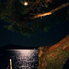 Lasciarsi stregare dalla luna che illumina il mare. #SpiaggediSardegna