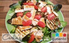 Salade met gegrilde kip en aubergine, voedzame en gezonde lunch, passend in een koolhydraatarm dieet. Onderdeel van de weekmenu's van gobento.nl