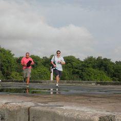 O barco para a expedição mensal à Baía de Guanabara é caro e a equipe empenha-se em não perder tempo .