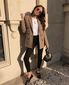 Look Blazer + T-shirt Casual Work Outfits, Mode Outfits, Fashion Outfits, Casual Work Outfit Winter, Casual Jeans, Casual Summer, Casual Fall, Formal Outfits, Casual Blazer