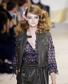 In love with these voluminous, side-swept curls. Makeup Trends, Beauty Trends, 70s Disco Hairstyles, Studio 54 Fashion, Side Swept Curls, Bombshell Hair, 70s Hair, Runway Hair, Long Curly