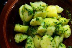 Θεωρείται κλασική σάλτσα για ψητά κρέατα και ψαρικά, αν κι εγώ προτιμώ να την ανακατεύω με αχνιστές βραστές πατάτες για να φτιάξω την αγαπημένη μου πατατοσαλάτα. Έκανε διεθνή καριέρα με το ιταλικό της όνομα, salsa verde, και το μεσογειακό της ταμπεραμέντο δεν μπορεί να κρυφτεί! Greek Recipes, Deli, Sprouts, Salads, Cooking Recipes, Vegetables, Greek Beauty, Food, Chef Recipes