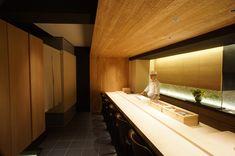 鮨屋 小野 Sushi Counter, Cafe Counter, Restaurant Booth Seating, Cafe Restaurant, Japanese Modern, Japanese Design, Japanese Style, Sushi Bar Design, Japanese Restaurant Design