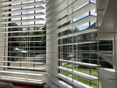 Wood venetian blinds in pure white for bay window Blinds For Windows Living Rooms, Bay Window Living Room, Window Treatments Living Room, House Blinds, Venetian Blinds Wooden, White Wooden Blinds, White Blinds, Bay Window Blinds, Wooden Window Blinds