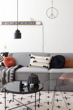 Binnenkijken in het montone familiehuis van Brenda van Studio Brenstijl Home And Living, Living Rooms, Room Inspiration, Mid-century Modern, Van, Couch, Studio, Throw Pillows, Interior Design