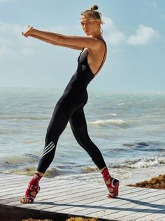 Karlie Kloss Poses in Sporty Chic Looks for Vogue Paris - Sporty Style Sport Style, Sporty Chic Style, Sport Chic, Sneakers Fashion Outfits, Casual Skirt Outfits, Sporty Outfits, Fashion Sandals, Vogue Paris, Fashion Model Poses