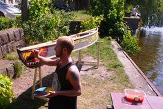 Ruven bemalt sein selbstgebautes #Kanu