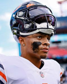 Chicago Bears Pictures, Justin Fields, Football Wallpaper, Nfl Football, Dallas Cowboys, Bicycle Helmet, Ohio, Sports, Nba