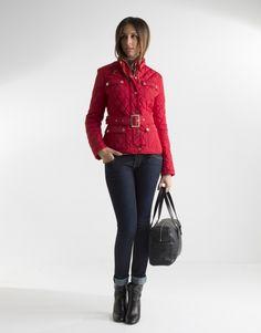 Cazadora acolchada roja de mujer, con bolsillos, cinturón y cierre con cremallera y broches